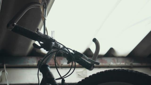 stockvideo's en b-roll-footage met oude mountainbikes hangen op het dak. - mountainbike