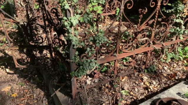 古い放置された墓 - 不完全な美しさ点の映像素材/bロール