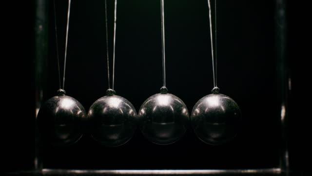 stockvideo's en b-roll-footage met slo mo oude newtons metalen ballen - slinger van newton