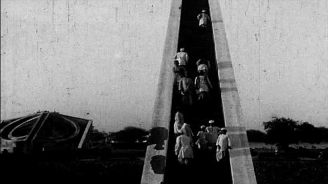 1925 old observatory - jantar mantar, new delhi, india - 18. jahrhundert stock-videos und b-roll-filmmaterial