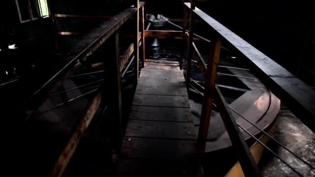 stockvideo's en b-roll-footage met old oil wheel house hd - machinekamer