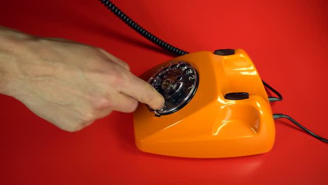 古いオレンジ色のテレフォニー - 受話器点の映像素材/bロール