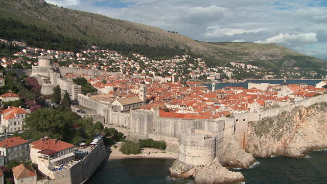 ha ws old part of dubrovnik and surrounding defense wall/ zi rooftops/ dubrovnik, dalmatia - surrounding wall stock-videos und b-roll-filmmaterial