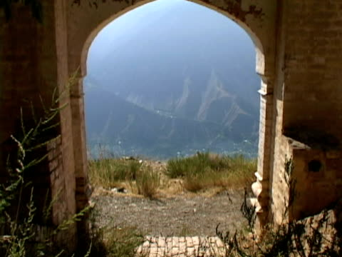 ws zi old path in mountains, shitral valley, north west province, pakistan - pakistan stock-videos und b-roll-filmmaterial