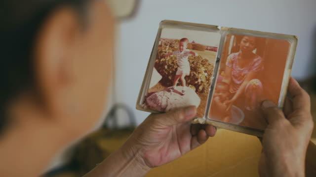 vídeos de stock, filmes e b-roll de velha fotografias de idosos fêmea mãos - fotografia arte e artesanato
