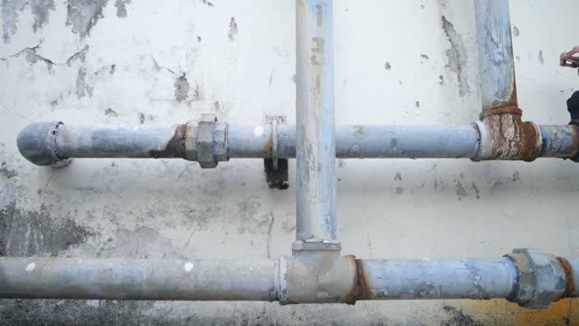 古いパイプライン建設 condominum スライドで撮影します。 - 空気弁点の映像素材/bロール