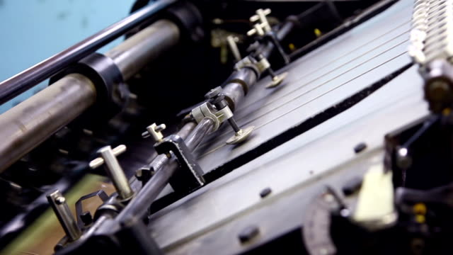 stockvideo's en b-roll-footage met old printing press feeder... - litho
