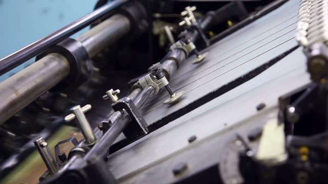 stockvideo's en b-roll-footage met old printing press feeder - litho
