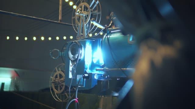 vídeos de stock, filmes e b-roll de filme de apresentando projetor antigo - câmera de filmar