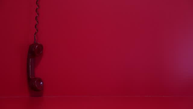vecchio ricevitore telefonico rosso - landline phone video stock e b–roll