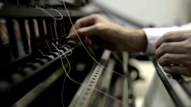 Alte Relikte einer Nähte Maschine in einen publishing company