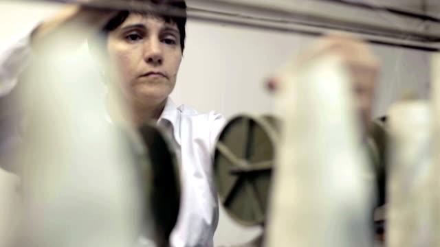 vidéos et rushes de old relique d'une couture machine dans une publication d'entreprise - corde