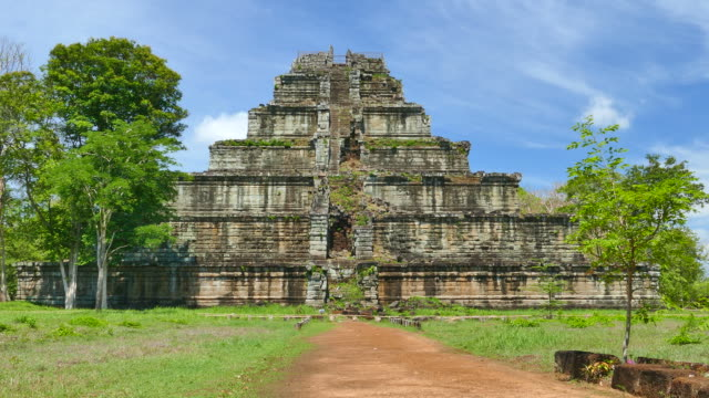 vídeos de stock e filmes b-roll de ruína antiga pirâmide de koh ker templo no camboja - circa 13th century