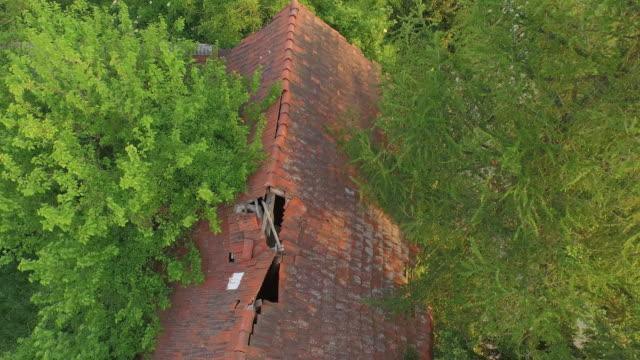 stockvideo's en b-roll-footage met luchtfoto van oude verwoeste boerderij in het bos - beschadigd