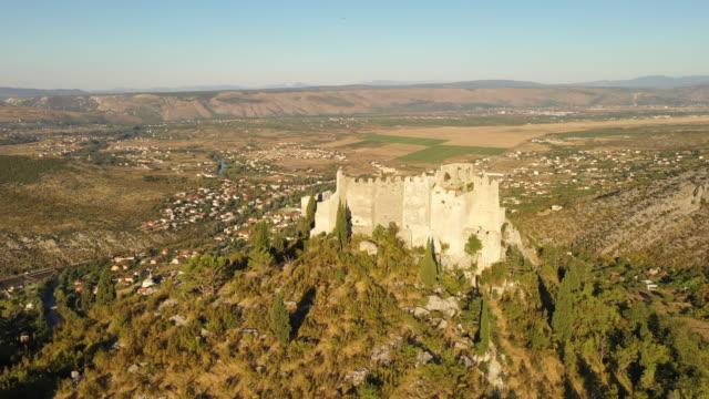 ボスニア・ヘルツェゴビナのポシテリの空中古い遺跡 - ボスニア・ヘルツェゴビナ点の映像素材/bロール