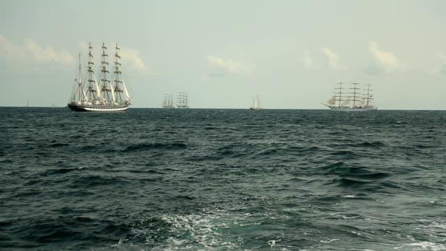 alte segelschiffe im offenen meer - regatta stock-videos und b-roll-filmmaterial