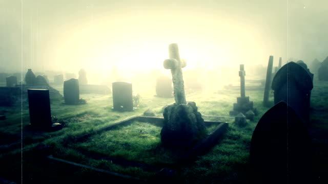 vídeos de stock, filmes e b-roll de old riscados filmes de nevoeiro esquecida coberto graveyard - igreja