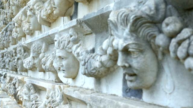 vídeos de stock e filmes b-roll de old sculptures on the walls in aphrodisias antique city - arqueologia