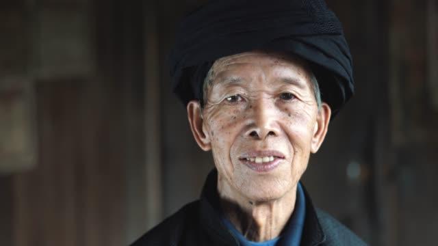 alte senioren chinesischer mann in dorf landhaus - chinesische kultur stock-videos und b-roll-filmmaterial