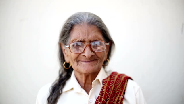 インドの古い年配の女性 - indian ethnicity点の映像素材/bロール