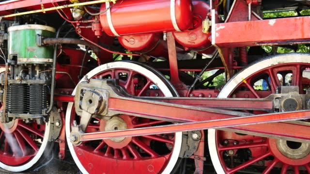 vídeos de stock, filmes e b-roll de antiga locomotiva a vapor rodas - locomotiva a vapor