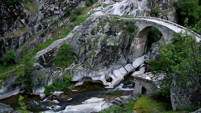 vídeos de stock, filmes e b-roll de a velha ponte de pedra - república da macedônia
