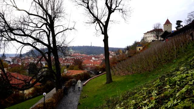 vídeos de stock, filmes e b-roll de rua velha em praga, mala strana, praga, república checa - hradcany castle