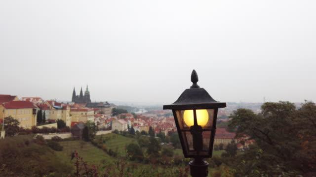 vídeos de stock, filmes e b-roll de lanterna retro da rua do estilo velho na cidade velha de praga instrahov monastery no por do sol em praga em república checa - mala strana