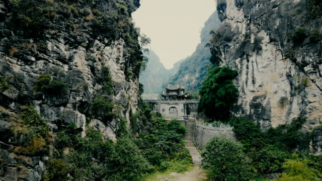 stockvideo's en b-roll-footage met oude chinese tempel van de tempel in rock in tam coc - buddhism