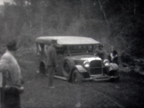 1928 old touring car stuck in mud - 1928 stock-videos und b-roll-filmmaterial