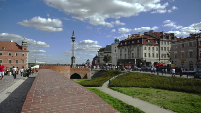 old town and royal castle in warsaw - warschau stock-videos und b-roll-filmmaterial