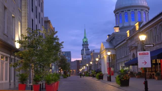 夕暮れ時の有名な石畳の通りでモントリオールの旧市街\ - montréal点の映像素材/bロール