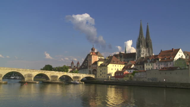 t/l old town of regensburg and the old stone bridge over the danube river - mittelalterlich stock-videos und b-roll-filmmaterial