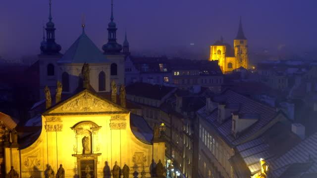 vidéos et rushes de vieille ville prague au coucher du soleil - prague