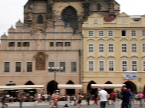 ws, pan, old town square and jan hus memorial, czech republic - altstädter ring stock-videos und b-roll-filmmaterial