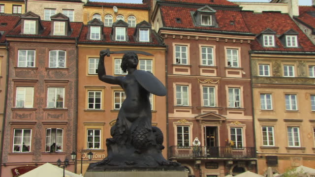 ms, zi, cu, old town square and mermaid fountain, warsaw, poland - varsavia video stock e b–roll
