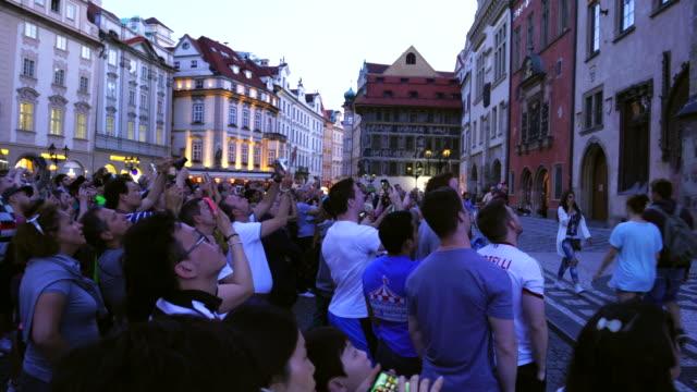 vídeos de stock e filmes b-roll de old town square in prague - praça da cidade velha de praga