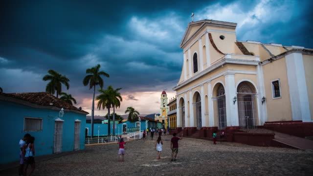 vídeos y material grabado en eventos de stock de plaza del casco antiguo de trinidad en cuba - colonial