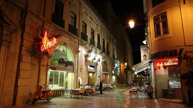 ws old town street at night / lisbon, portugal - cobblestone stock videos & royalty-free footage