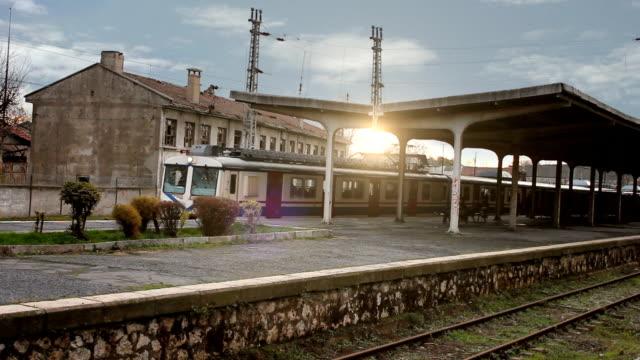 vídeos de stock, filmes e b-roll de antiga estação de trem - silêncio