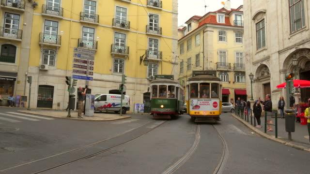 vidéos et rushes de old tram in the old town baixa, lisbon, portugal - ligne de tramway