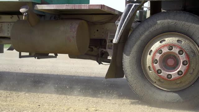 vídeos de stock, filmes e b-roll de hd super câmera missouri: o caminhão em uma estrada de terra - estrada rural