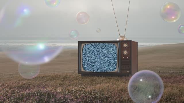 alte tv in surrealen natur - schaum stock-videos und b-roll-filmmaterial