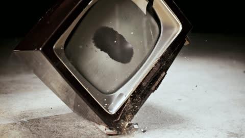 vídeos y material grabado en eventos de stock de slo mo ld viejo televisor rompiendo contra el piso - deteriorado viejo