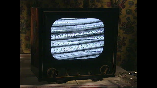 old tv set with static on the screen; 1996 - obsoleto video stock e b–roll