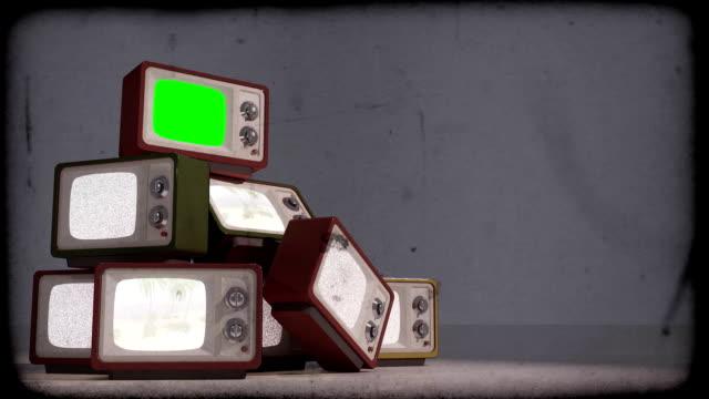 alten tv mit einem haufen. - projektionswand stock-videos und b-roll-filmmaterial