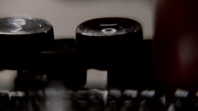 stockvideo's en b-roll-footage met old typewriter 1 - monochroom