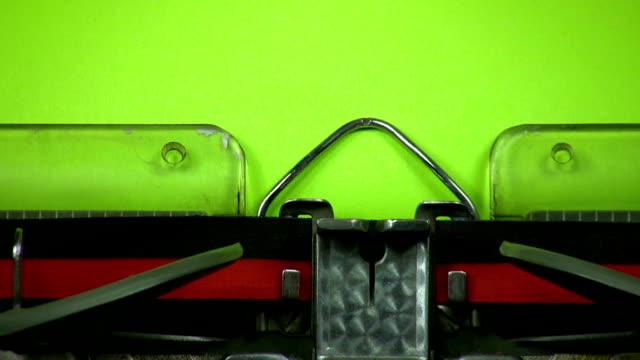 vídeos de stock e filmes b-roll de velha máquina de escrever sinal verde em branco no papel - machine