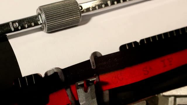 vídeos y material grabado en eventos de stock de vieja máquina de escribir escribir la palabra preguntas frecuentes - signo de puntuación