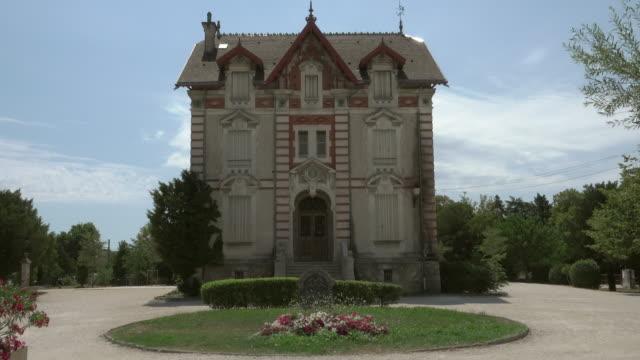 old villa and garden in city l'isle-sur-la-sorgue - provence alpes cote d'azur stock videos & royalty-free footage